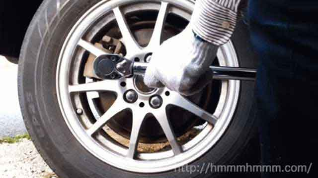 30プリウスのタイヤをトルクレンチを使って交換しているところ