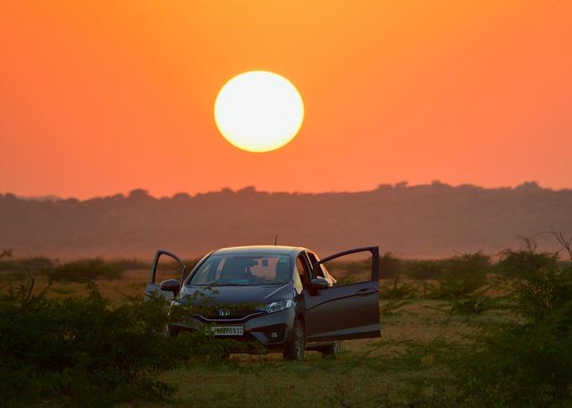 夕日の中の車