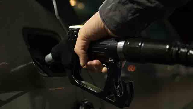 セルフのガソリンスタンドで給油しているところ
