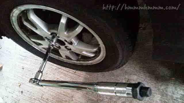 トルクレンチを使ってタイヤを交換しているところ