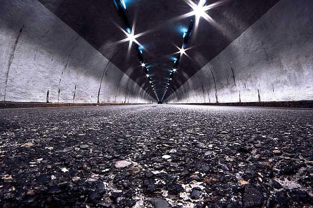 ヘッドライトで照れされるトンネル