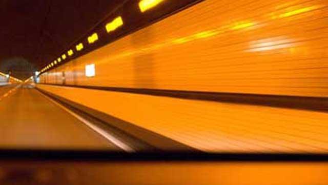 高速道路のトンネルの壁面