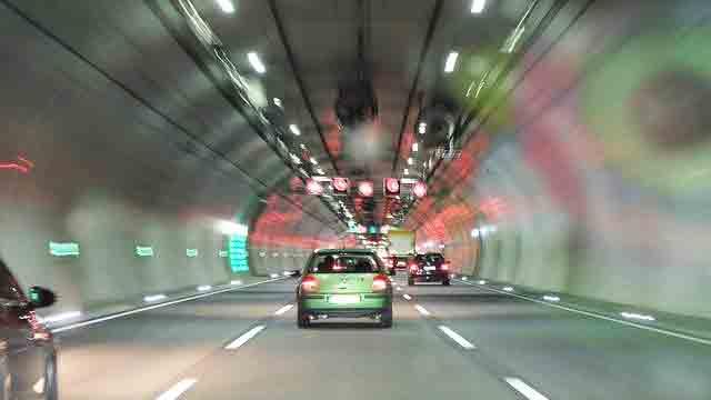 トンネル内をキープレフトで走る車