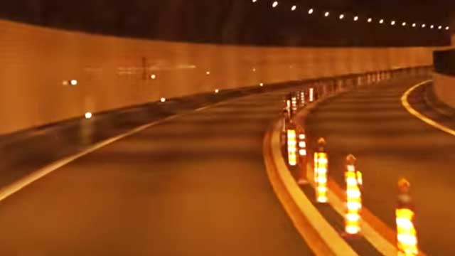 トンネルの中央分離帯のポール