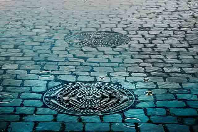 雨に濡れたマンホールの蓋