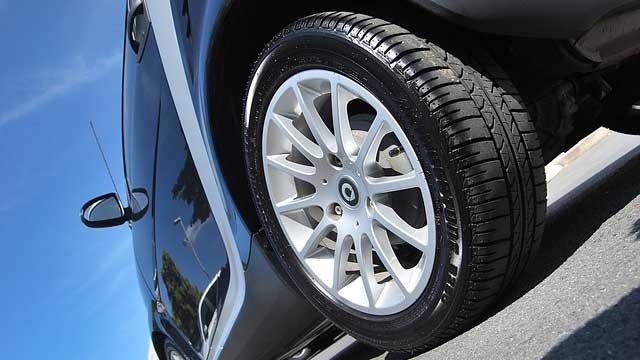 スポーツカーのタイヤ