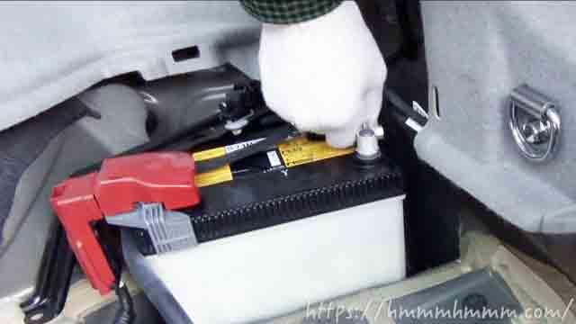 トランクルームにあるプリウスの補機バッテリー