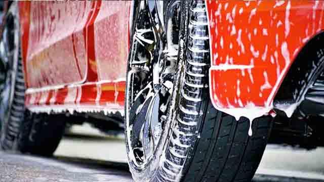 洗車中の車が泡にまみれているところ