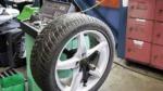 タイヤのバランス調整をしているところ