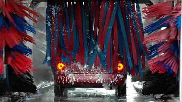 洗車機で洗車中の車