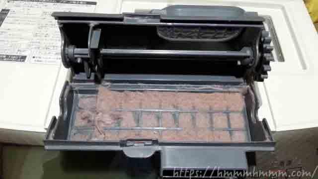 ドラム式洗濯機の乾燥フィルター(前側)に溜まったホコリ