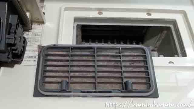 ドラム式洗濯機の奥側のフィルターに溜まったホコリ