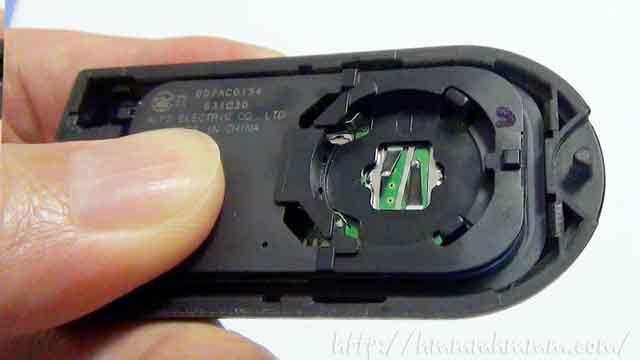 ダイハツ製スマートキーの電池交換-電池を取り外したところ