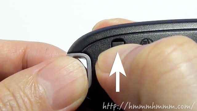 マツダ製スマートキーの電池交換-ボタンをスライドさせる