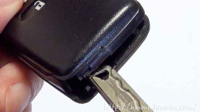 トヨタ製スマートキーの電池交換・キーをひねって開ける