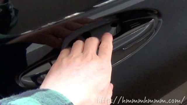 スマートキーの使い方-ドアロックの解除-ノブを握る
