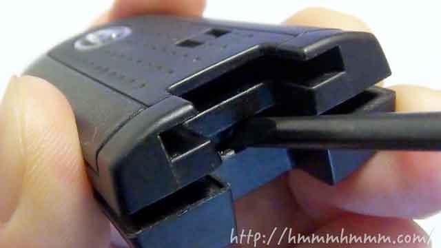 ダイハツ製スマートキーの電池交換-ドライバーでひねる