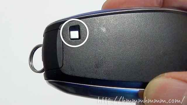 スバル製スマートキーの電池交換-裏側の押し込みボタン