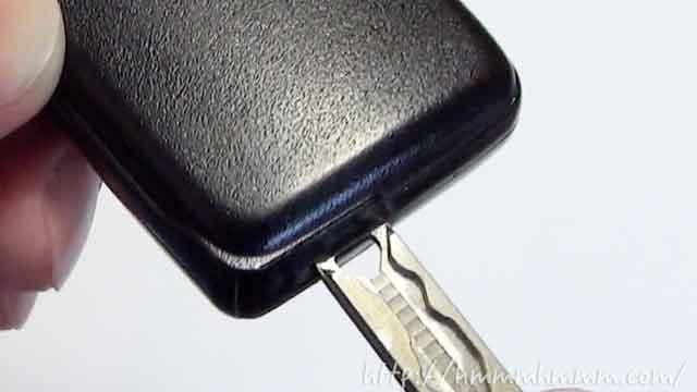 トヨタ製スマートキーの電池交換・切り欠きにキーを差し込む