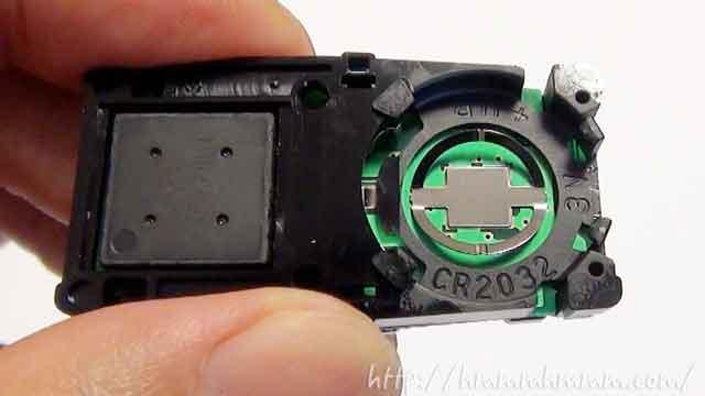 スバル製スマートキーの電池交換-電池を外したところ
