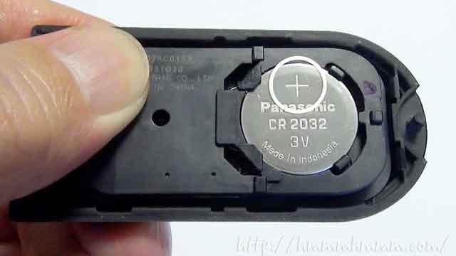 ダイハツ製スマートキーの電池交換-電池を入れたところ