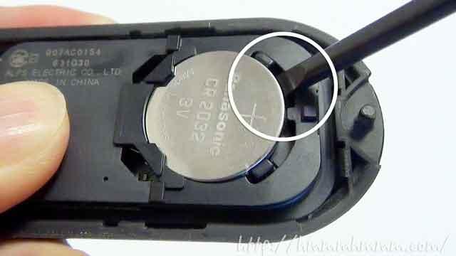 ダイハツ製スマートキーの電池交換-電池のすき間にドライバーを入れる