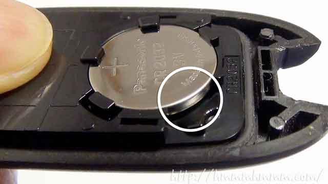 マツダ製スマートキーの電池交換-電池とカバーとの隙間