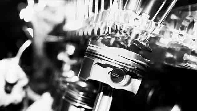 エンジン内部のピストンとバルブ