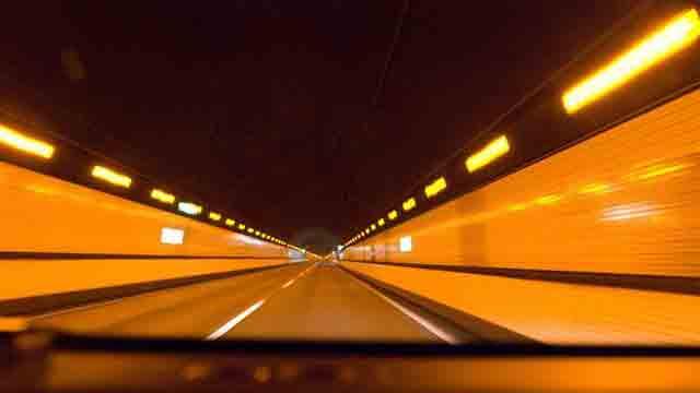 オレンジ色のトンネル照明