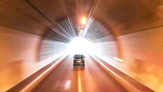 高速道路のトンネルの出口