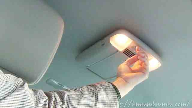 天井に付いている空気清浄器のライトが点いている様子