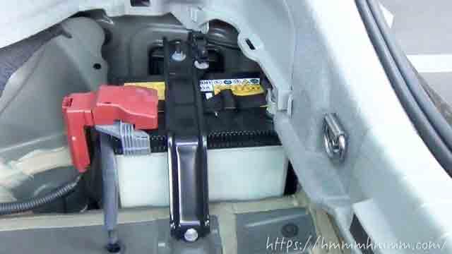 30プリウスのトランク内にある補機バッテリー