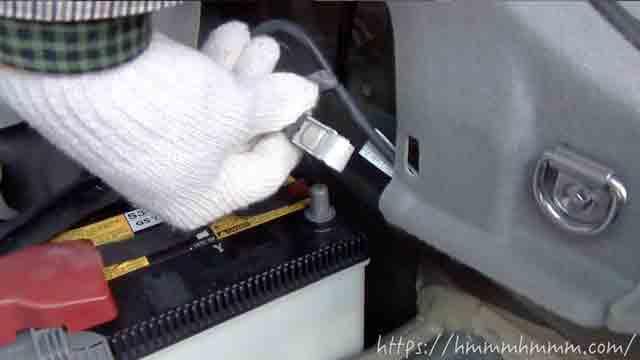 30プリウスに付いている補機バッテリーのマイナス端子を外したところ