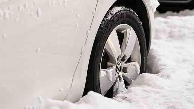 雪に埋もれたタイヤ