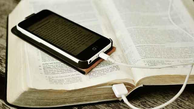 本の上のスマートフォン