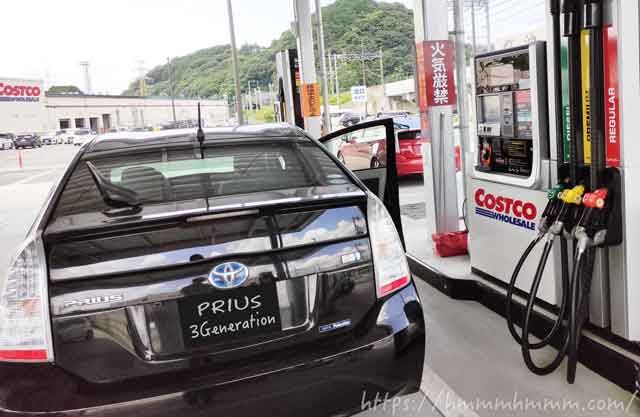 コストコのガスステーションで給油しているところ